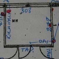Lastenhuoneen pohja: kirjahylly on vasemmalla, ennallaan pysyvä vuodesohva oikealla.